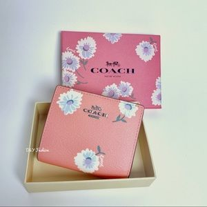 COACH BOXED SNAP WALLET WITH DAISY PRINT